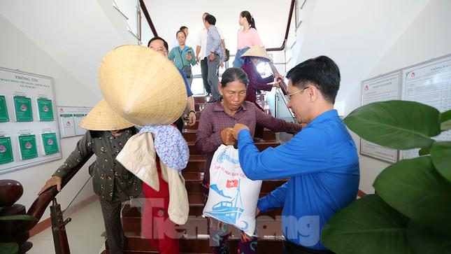 Trao tặng 50 tấn gạo cho ngư dân Quảng Ngãi ảnh 13