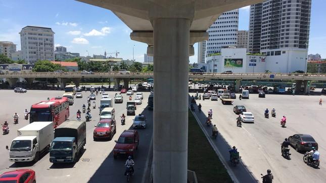 Nền nhiệt duy trì 40 độ, đường phố Hà Nội xuất hiện ảo ảnh ảnh 2