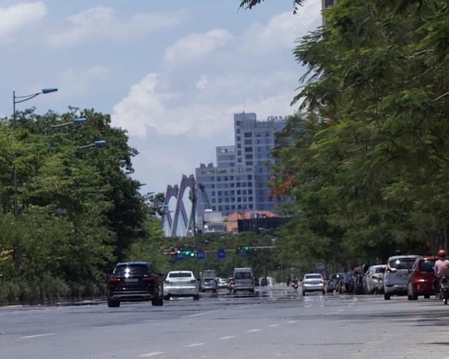 Nền nhiệt duy trì 40 độ, đường phố Hà Nội xuất hiện ảo ảnh ảnh 1