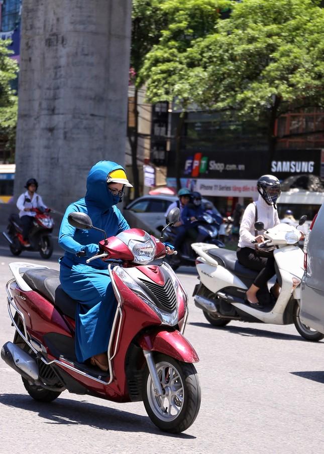 Nền nhiệt duy trì 40 độ, đường phố Hà Nội xuất hiện ảo ảnh ảnh 4
