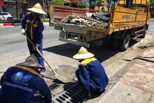 Nền nhiệt duy trì 40 độ, đường phố Hà Nội xuất hiện ảo ảnh ảnh 5