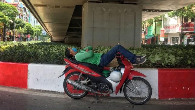 Nền nhiệt duy trì 40 độ, đường phố Hà Nội xuất hiện ảo ảnh ảnh 7