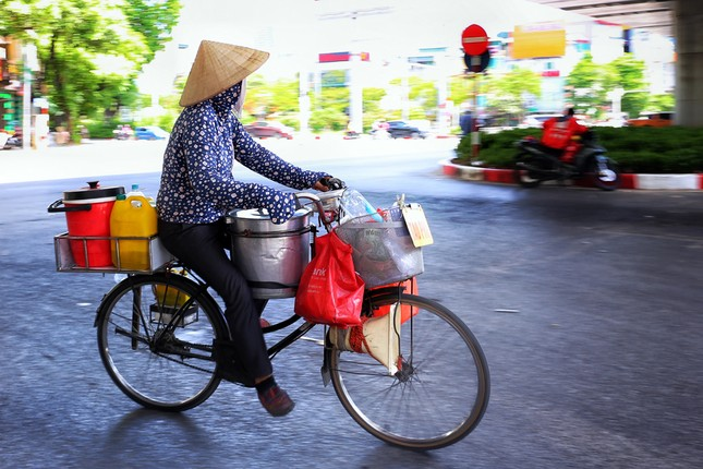 Nền nhiệt duy trì 40 độ, đường phố Hà Nội xuất hiện ảo ảnh ảnh 9
