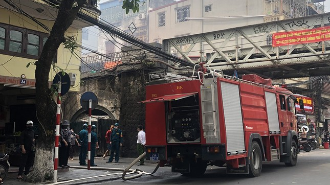 Cháy nhà phố cổ Hà Nội, người dân chắp tay cầu nguyện ảnh 10
