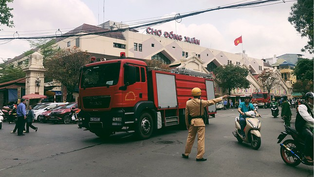 Cháy nhà phố cổ Hà Nội, người dân chắp tay cầu nguyện ảnh 1