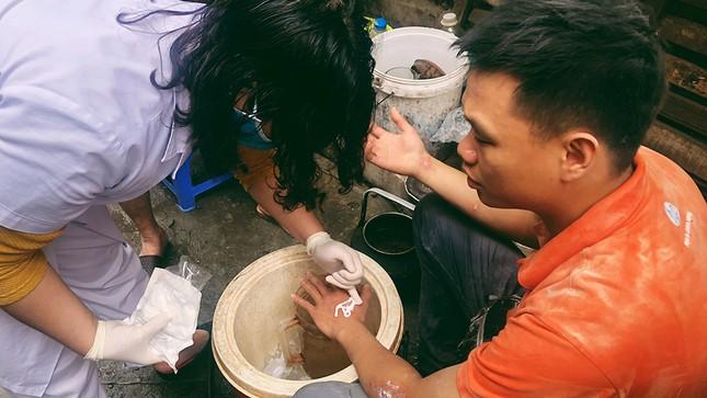 Cháy nhà phố cổ Hà Nội, người dân chắp tay cầu nguyện ảnh 3