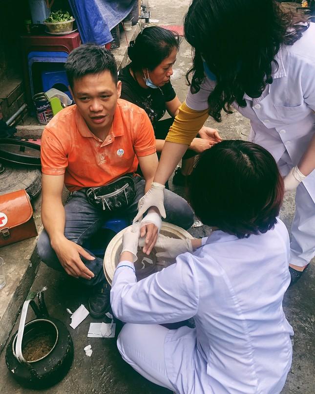 Cháy nhà phố cổ Hà Nội, người dân chắp tay cầu nguyện ảnh 4