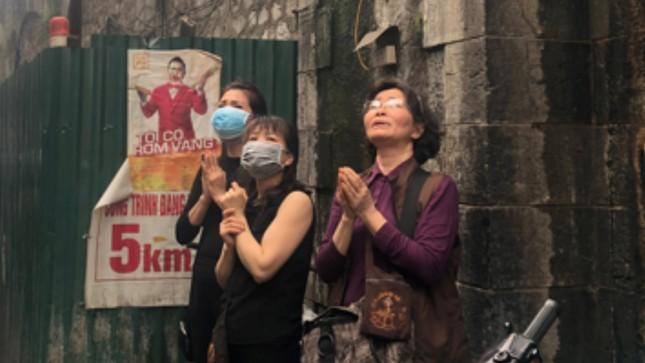 Cháy nhà phố cổ Hà Nội, người dân chắp tay cầu nguyện ảnh 5