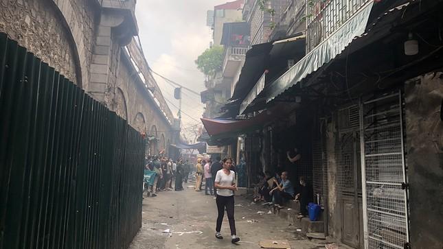 Cháy nhà phố cổ Hà Nội, người dân chắp tay cầu nguyện ảnh 6