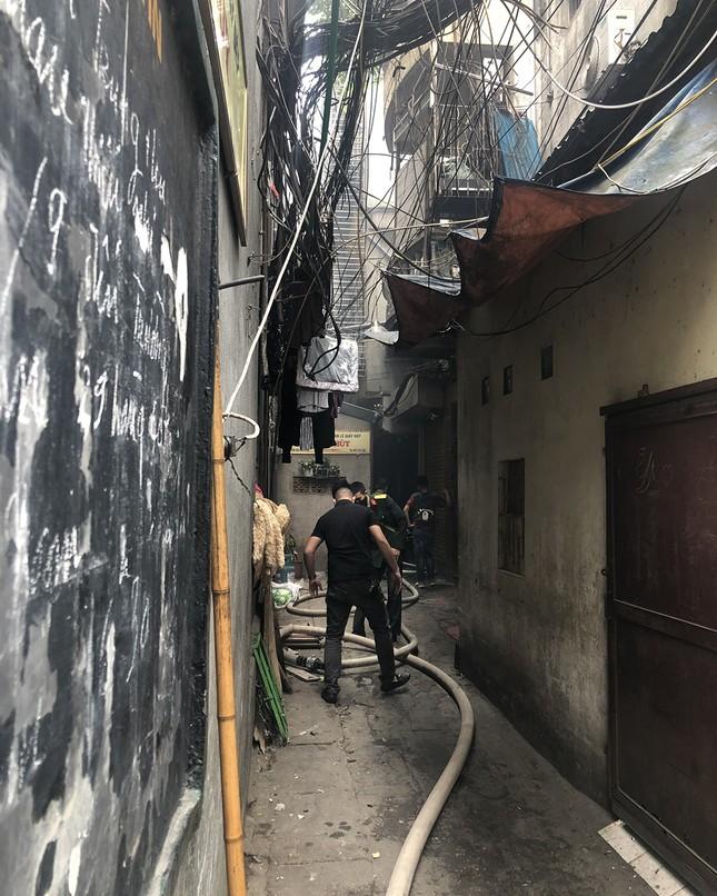 Cháy nhà phố cổ Hà Nội, người dân chắp tay cầu nguyện ảnh 7