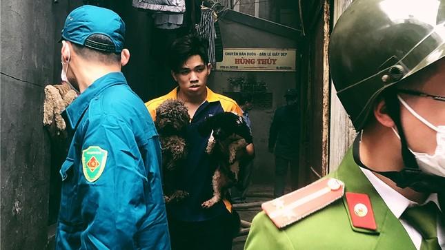 Cháy nhà phố cổ Hà Nội, người dân chắp tay cầu nguyện ảnh 8