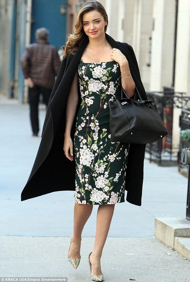 Miranda Kerr sải bước trên phố như ở sàn catwalk ảnh 1