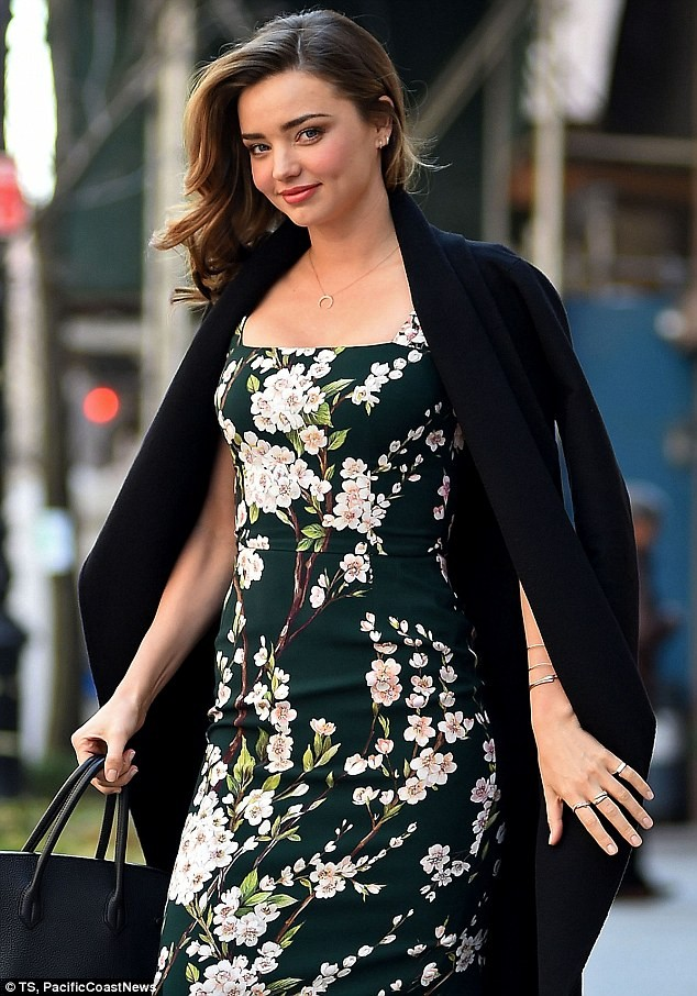 Miranda Kerr sải bước trên phố như ở sàn catwalk ảnh 2