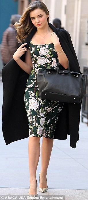 Miranda Kerr sải bước trên phố như ở sàn catwalk ảnh 3