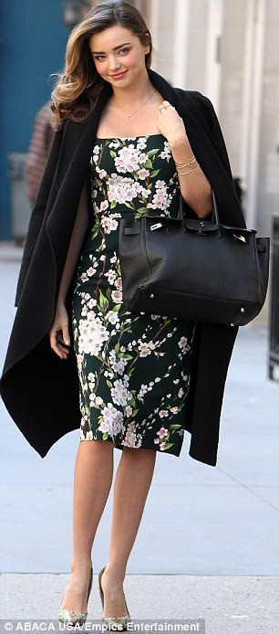 Miranda Kerr sải bước trên phố như ở sàn catwalk ảnh 4