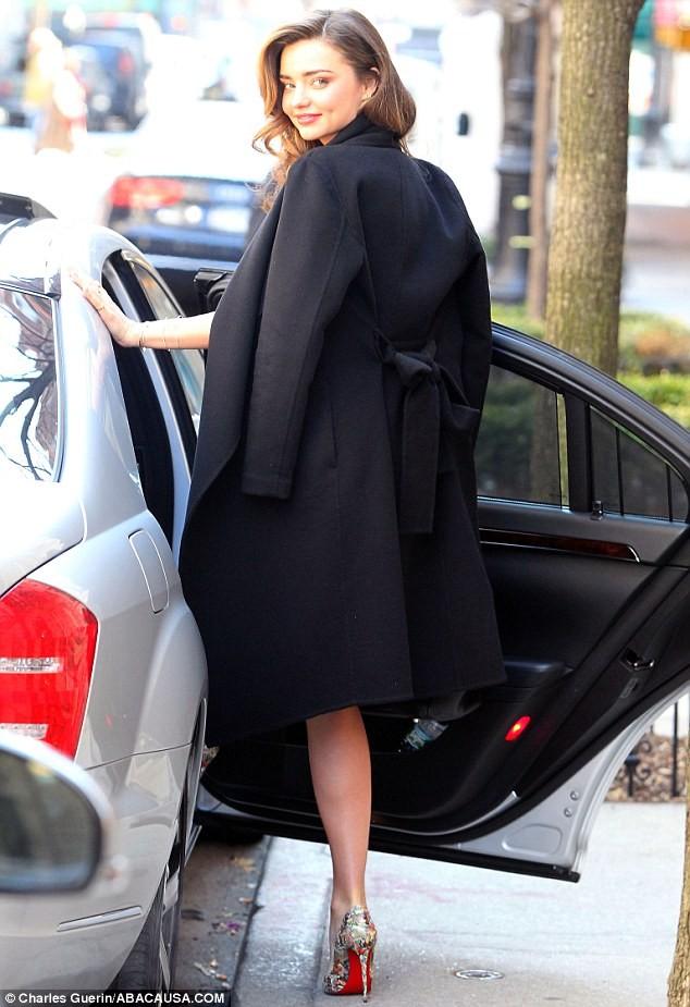 Miranda Kerr sải bước trên phố như ở sàn catwalk ảnh 5