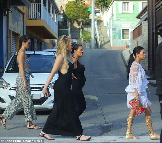 Chị em Kim Kardashian diện đồ sexy gây náo loạn cả khu phố ảnh 1