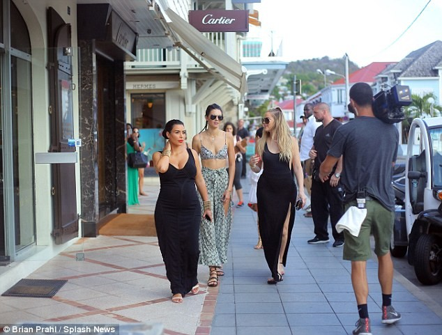Chị em Kim Kardashian diện đồ sexy gây náo loạn cả khu phố ảnh 8