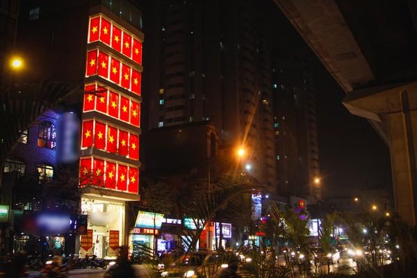Trước trận đấu cờ đỏ sao vàng trang hoàng ngập phố Hà Nội ảnh 4