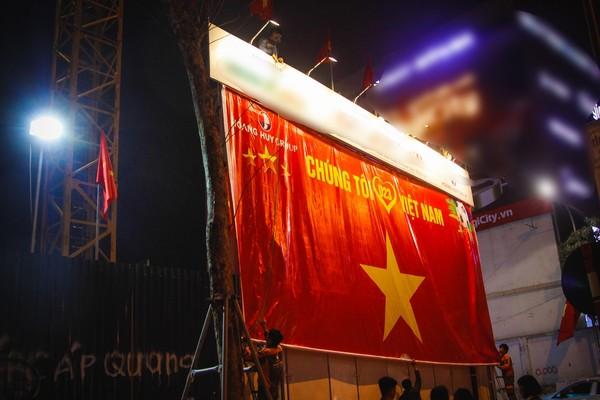 Trước trận đấu cờ đỏ sao vàng trang hoàng ngập phố Hà Nội ảnh 5