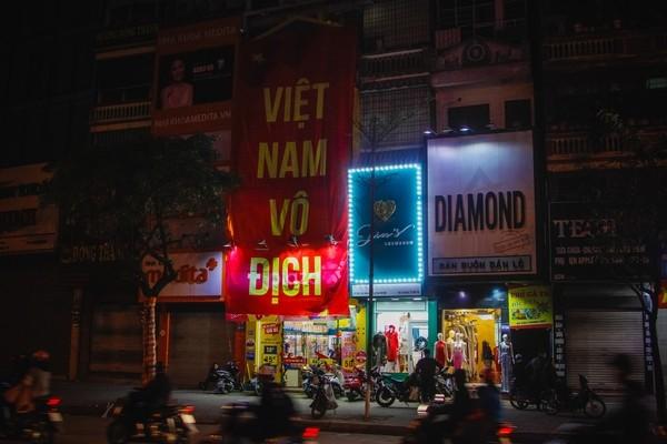 Trước trận đấu cờ đỏ sao vàng trang hoàng ngập phố Hà Nội ảnh 6