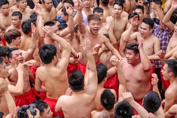 Cả trăm trai tráng Đồng Kỵ thi nhau rước pháo khổng lồ ảnh 11