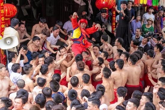 Cả trăm trai tráng Đồng Kỵ thi nhau rước pháo khổng lồ ảnh 13