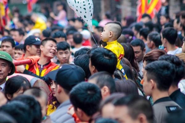 Cả trăm trai tráng Đồng Kỵ thi nhau rước pháo khổng lồ ảnh 16