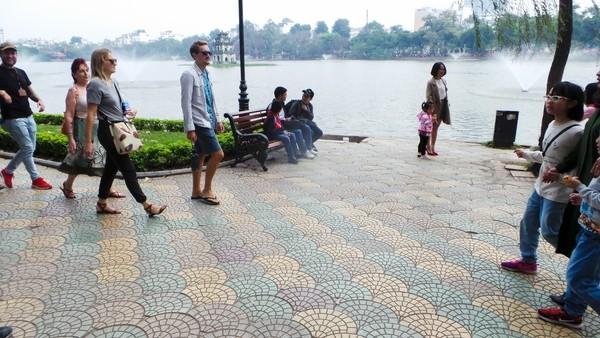 Cận cảnh 'chiếc áo vá' hơn 20 loại gạch, đá được lát ở Hồ Gươm ảnh 14