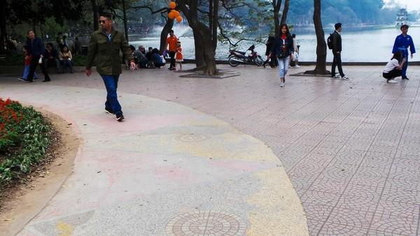 Cận cảnh 'chiếc áo vá' hơn 20 loại gạch, đá được lát ở Hồ Gươm ảnh 8