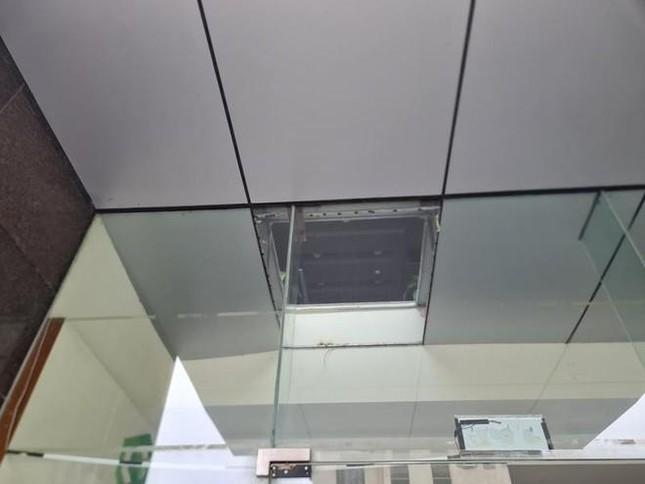 Vụ hai người rơi xuống sảnh vì trần chung cư thủng ở Hà Nội: Phát lộ loạt sai phạm ảnh 2