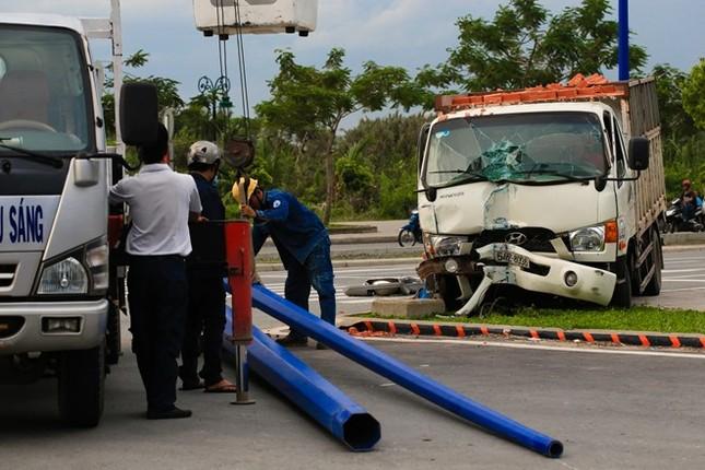 Xe tải gây tai nạn nằm ăn vạ trước cửa hầm Thủ Thiêm ảnh 1
