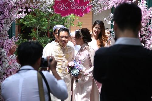 Victor Vũ diện áo dài, dùng xe mui trần đi hỏi cưới Đinh Ngọc Diệp ảnh 9