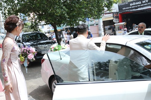 Victor Vũ diện áo dài, dùng xe mui trần đi hỏi cưới Đinh Ngọc Diệp ảnh 1