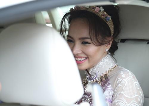 Victor Vũ diện áo dài, dùng xe mui trần đi hỏi cưới Đinh Ngọc Diệp ảnh 2