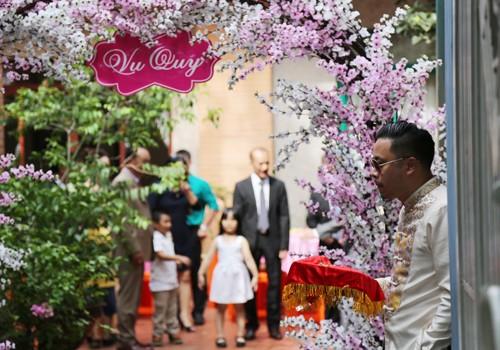Victor Vũ diện áo dài, dùng xe mui trần đi hỏi cưới Đinh Ngọc Diệp ảnh 8