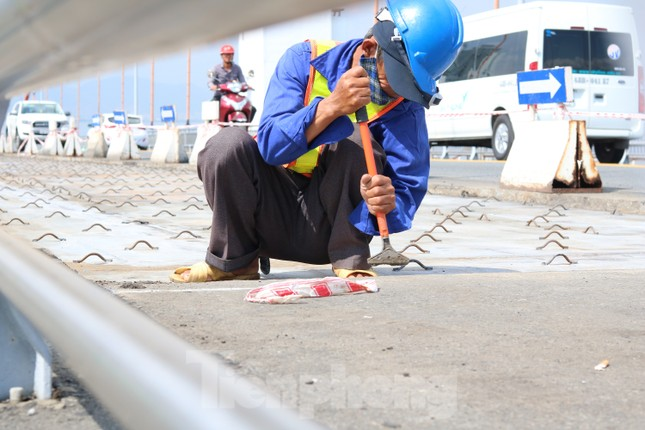 Cận cảnh cầu dây võng 1.000 tỷ dài nhất Việt Nam phải thay mặt đường. ảnh 7