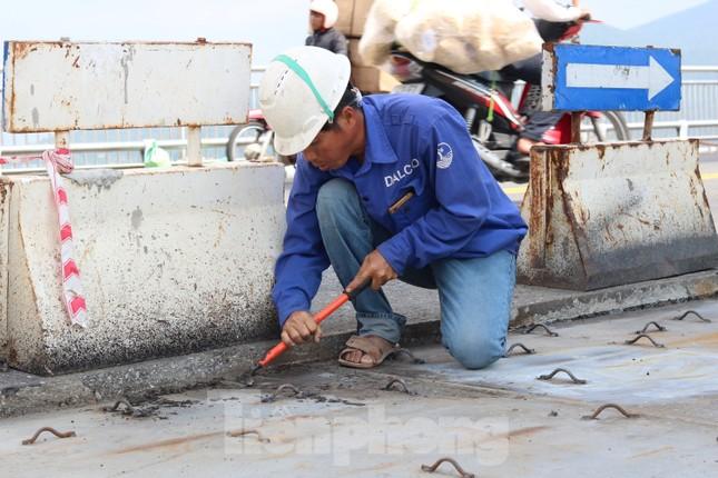 Cận cảnh cầu dây võng 1.000 tỷ dài nhất Việt Nam phải thay mặt đường. ảnh 8