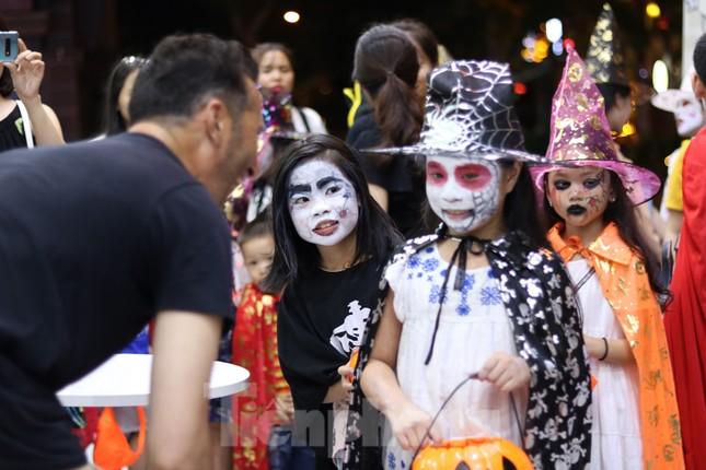 Loạt 'quỷ nhỏ' háo hức xuống phố Tây vui hội Halloween ảnh 11