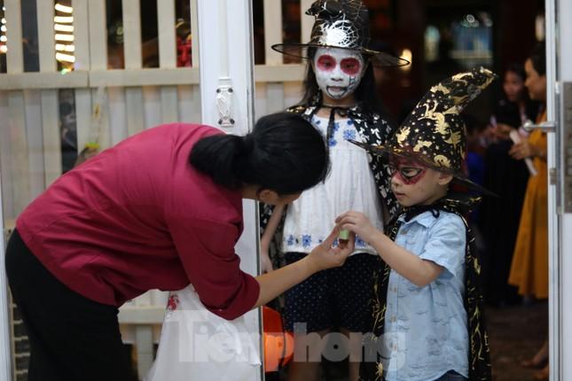 Loạt 'quỷ nhỏ' háo hức xuống phố Tây vui hội Halloween ảnh 13