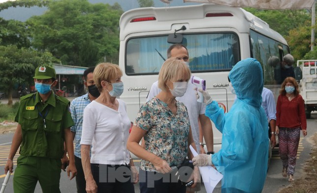 Cận cảnh quy trình kiểm tra, giám sát y tế ở cửa ngõ thành phố Đà Nẵng ảnh 2