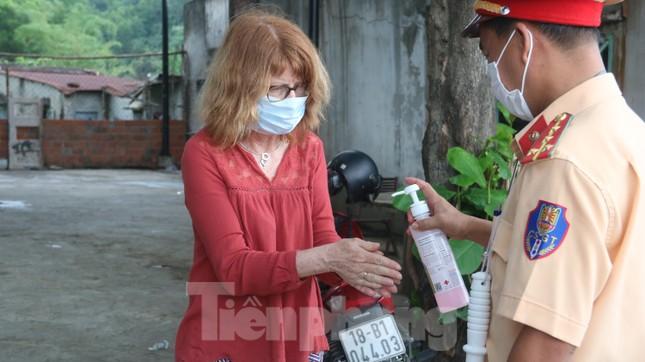 Cận cảnh quy trình kiểm tra, giám sát y tế ở cửa ngõ thành phố Đà Nẵng ảnh 12