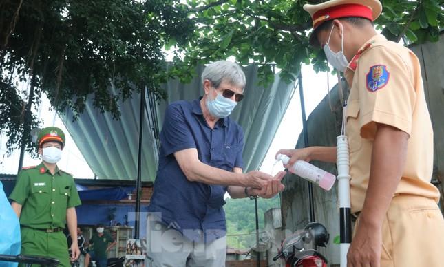 Cận cảnh quy trình kiểm tra, giám sát y tế ở cửa ngõ thành phố Đà Nẵng ảnh 13
