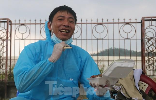 Cận cảnh quy trình kiểm tra, giám sát y tế ở cửa ngõ thành phố Đà Nẵng ảnh 17