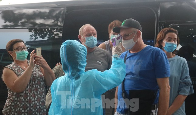 Cận cảnh quy trình kiểm tra, giám sát y tế ở cửa ngõ thành phố Đà Nẵng ảnh 7