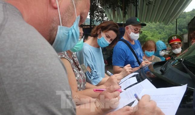 Cận cảnh quy trình kiểm tra, giám sát y tế ở cửa ngõ thành phố Đà Nẵng ảnh 9