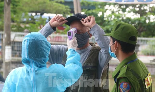 Cận cảnh quy trình kiểm tra, giám sát y tế ở cửa ngõ thành phố Đà Nẵng ảnh 3