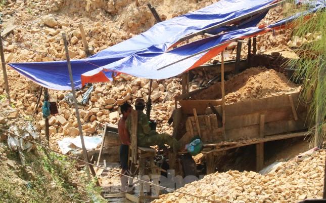 'Đột kích' công trường khai thác vàng trái phép giữa rừng Phước Sơn ảnh 4
