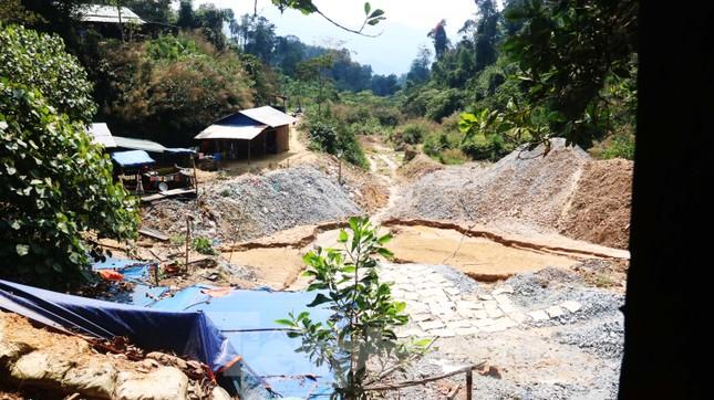 'Đột kích' công trường khai thác vàng trái phép giữa rừng Phước Sơn ảnh 2