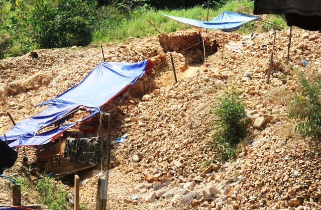 'Đột kích' công trường khai thác vàng trái phép giữa rừng Phước Sơn ảnh 3